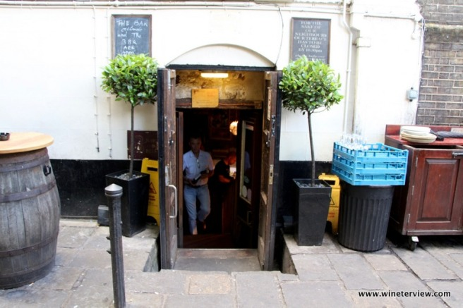 gordon's wine bar, gordon's london, wine bar, london wine bar, oldest wine bar in london, londra vino
